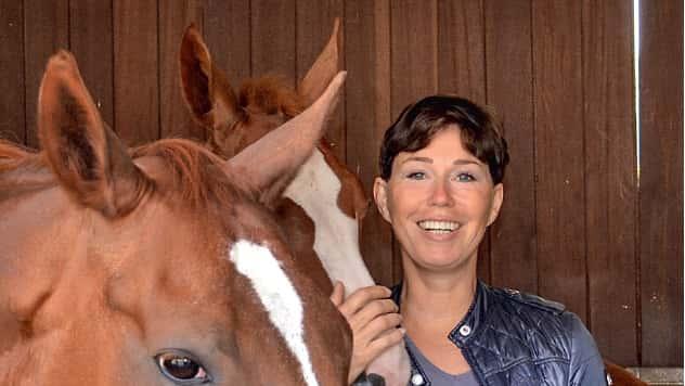 Unternehmerin Brigitte Weeke-Therling mit ihrer Zuchtstute Dakota und dem Hengstfohlen von Quaterback.