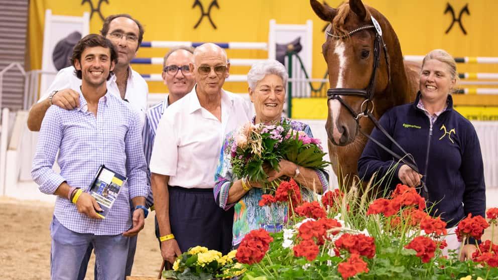 Preisspitze Semino JU mit seinen neuen Besitzern vom Gestüt Sola Nogales.